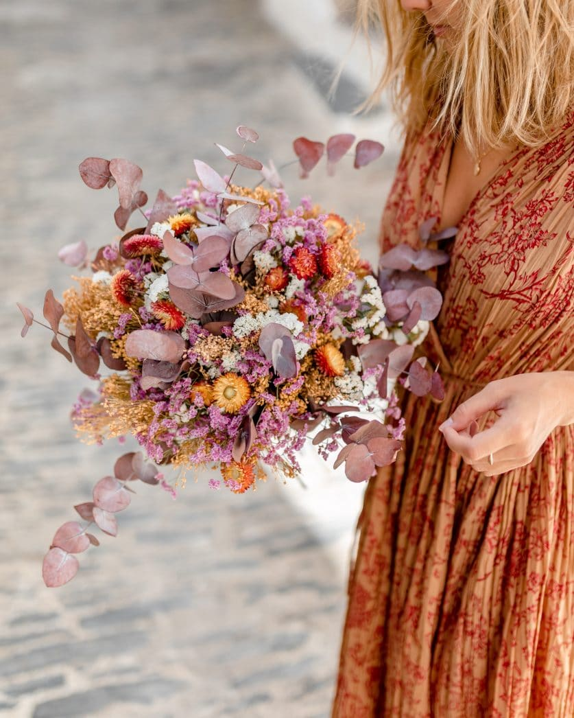 Bouquet de fleurs séchées emballé dans du kraft et entouré d'une carte ensemencée avec des graines de lavande et de coquelicot