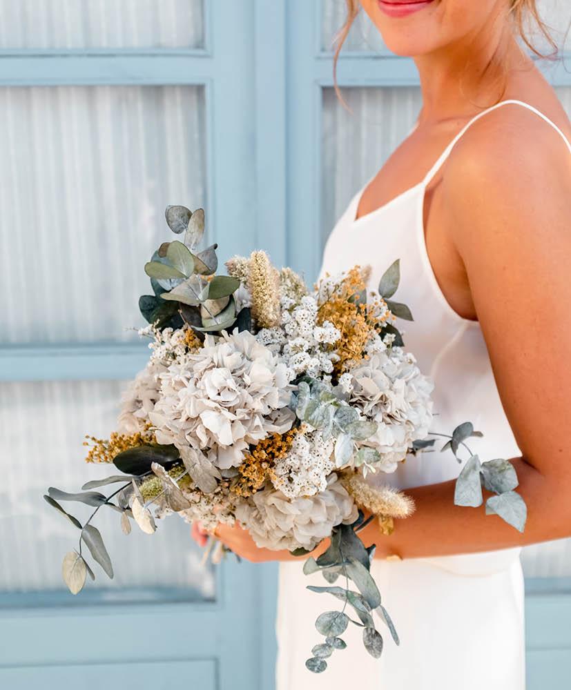 Bouquet de mariée aux ton naturels, tenu par Mégan. Base d'Hortensia bleu gris et eucalyptus et broom naturel