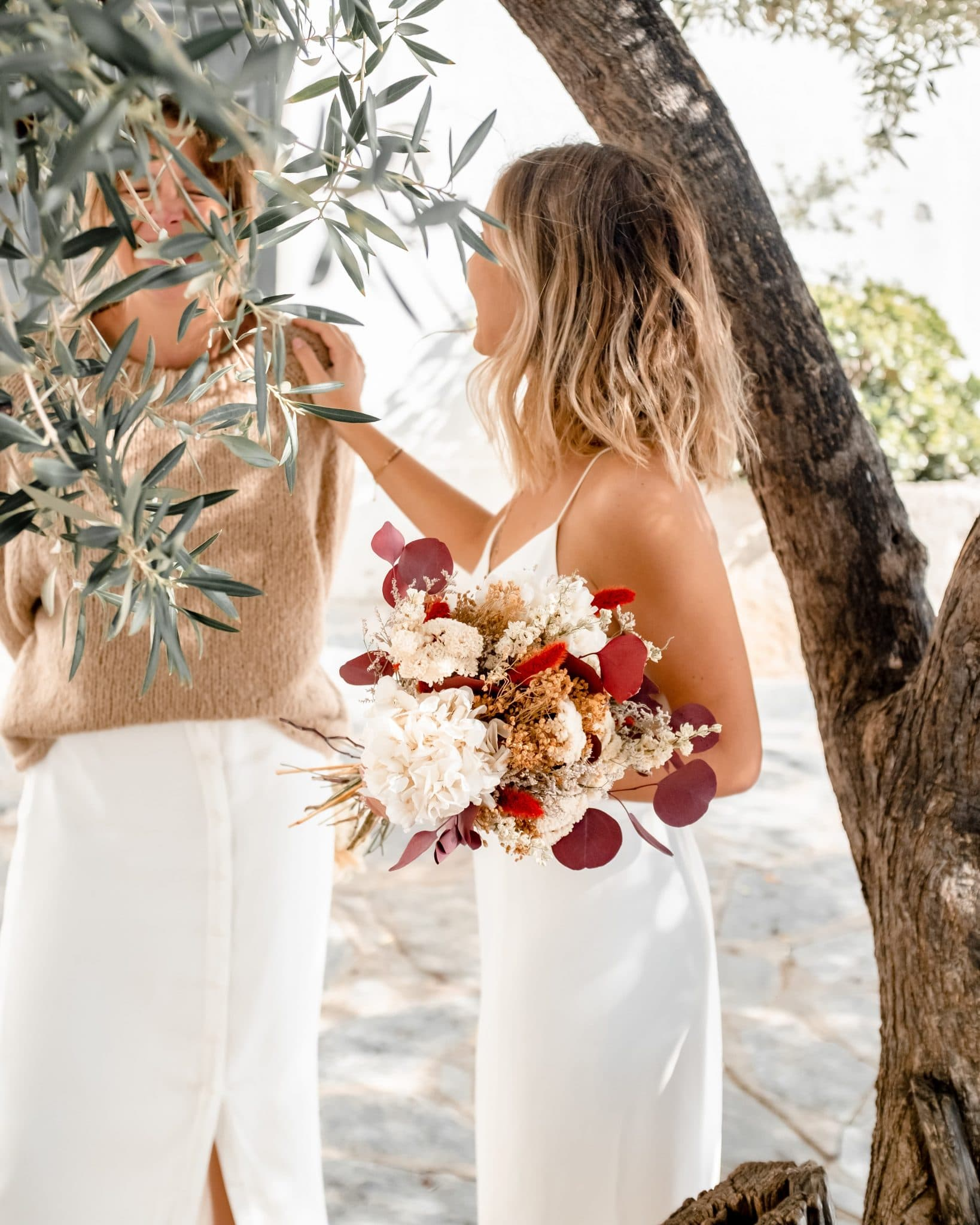 Jeune fille avec bouquet de mariée en fleurs séchées, dans les tons orangés et blancs