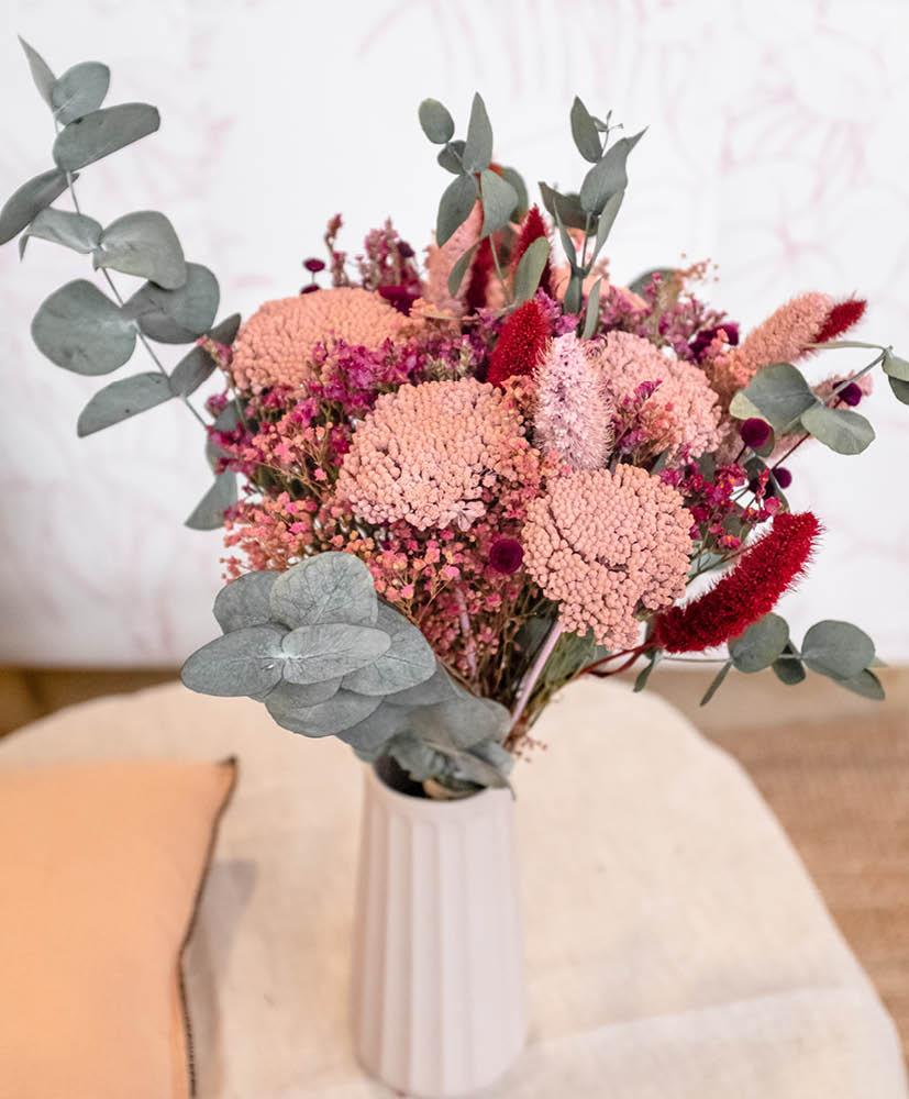 Petite bouteille d'huile pour le corps de la marque Oden et un bouquet de fleurs séchées Rosa Cadaqués partenariat pour la saint Valentin