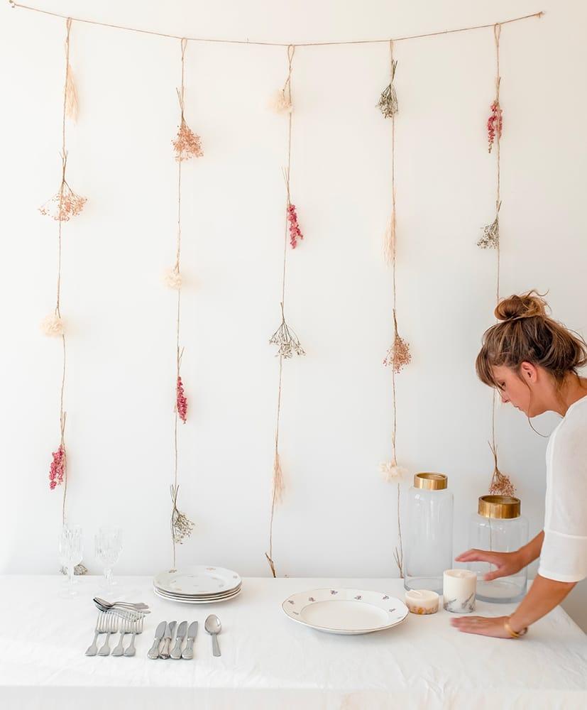 Rideau en fleurs séchées disposée contre un mur