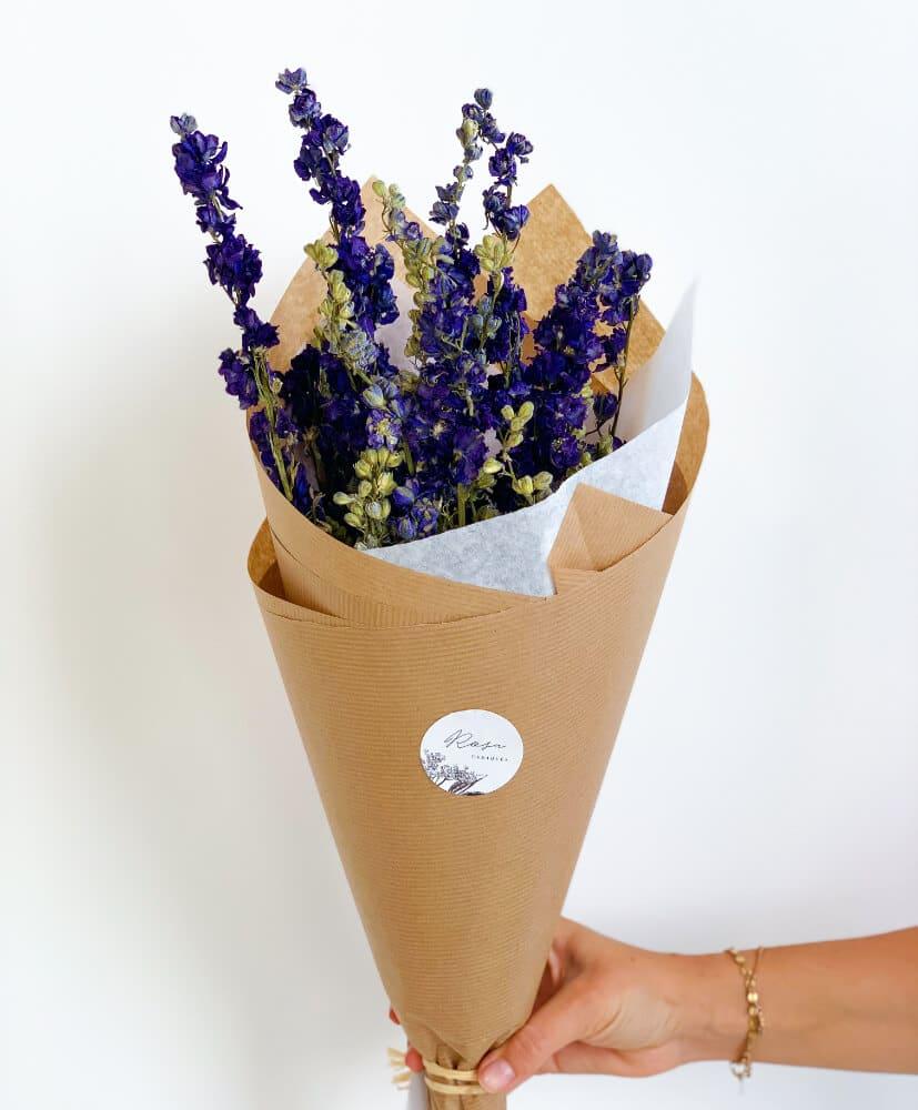 Botte de fleurs séchées rosa cadaques delphinium bleu