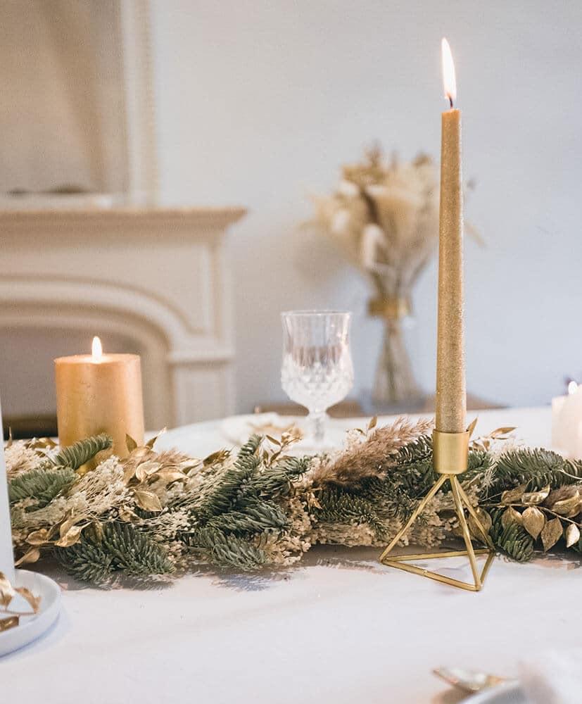 Chemin de table en sapin sur une table de fêtes dressée