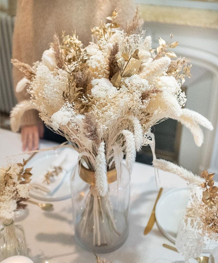 Bouquet de Noël blanc et couleur or taille medium dans vase transparent et doré