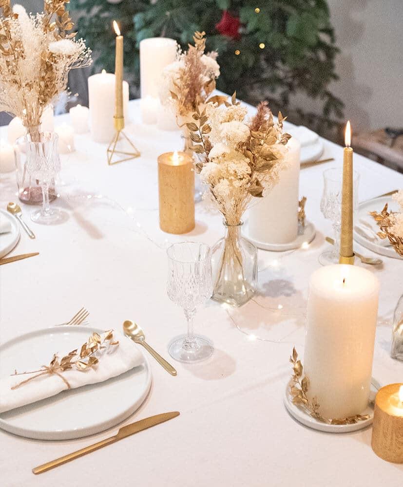 Table décorée de fleurs sechees dorée pour Noël