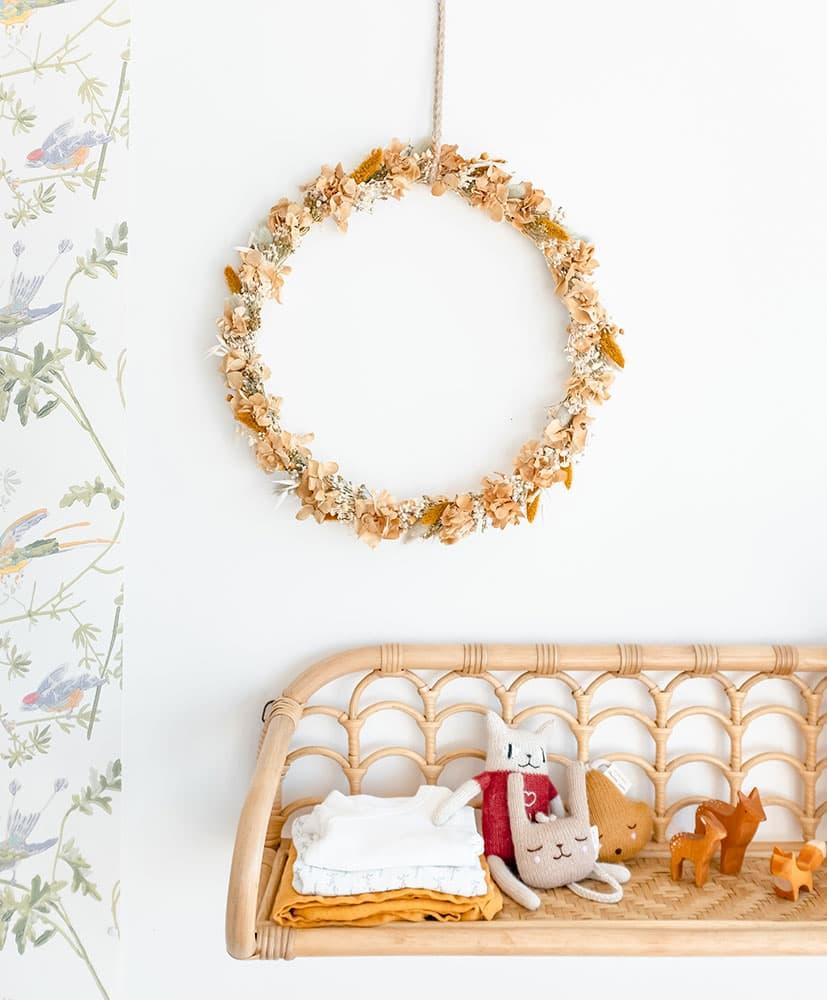 Couronne de fleurs séchées moutarde accrochée au mur décoration chambre d'enfants