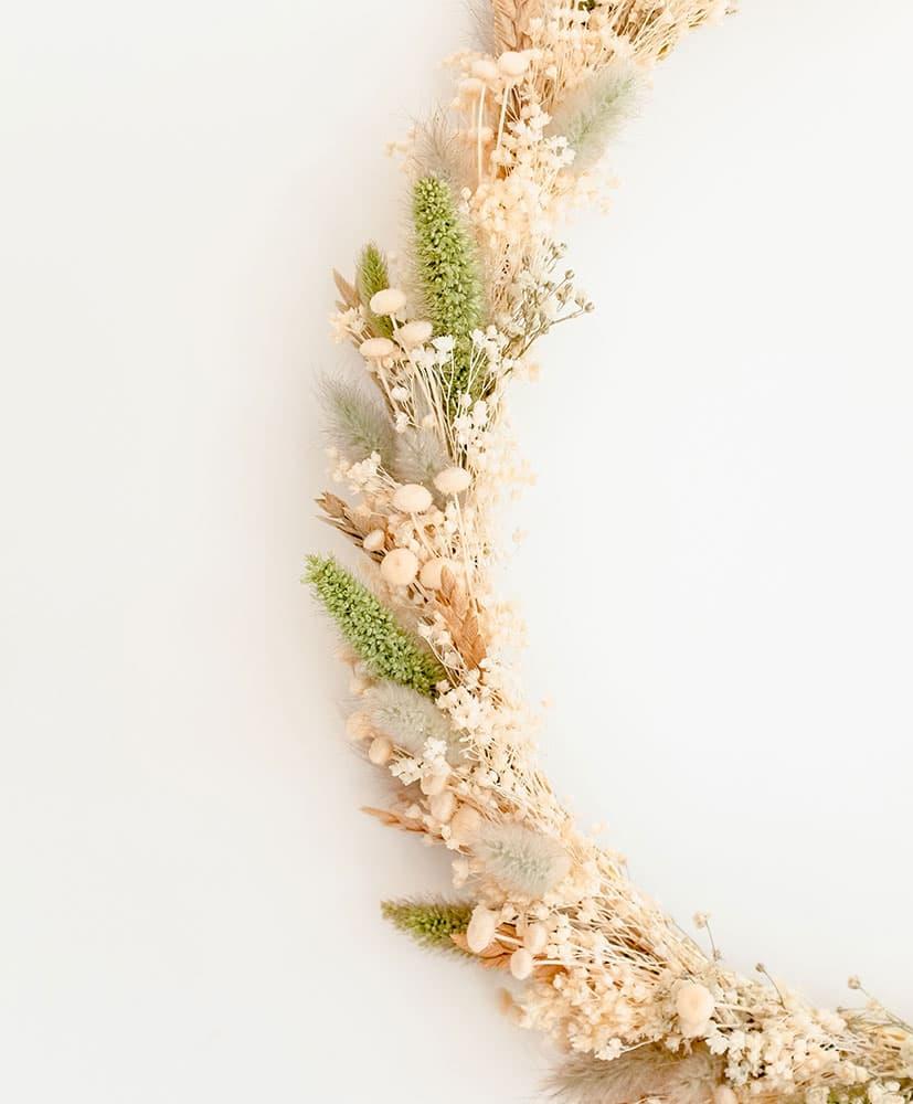 couronne murale en fleurs séchées dans les tons naturels