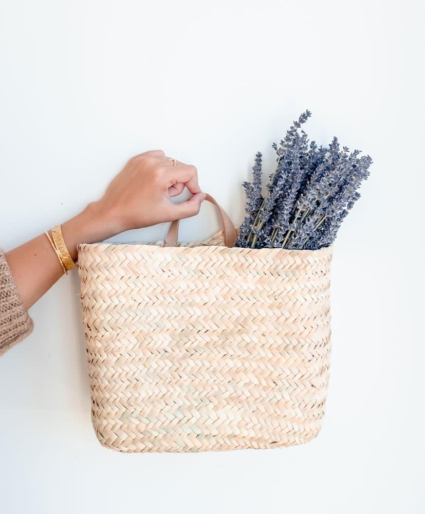 Panier en osier avec une botte de fleurs séchées bleues, la lavande