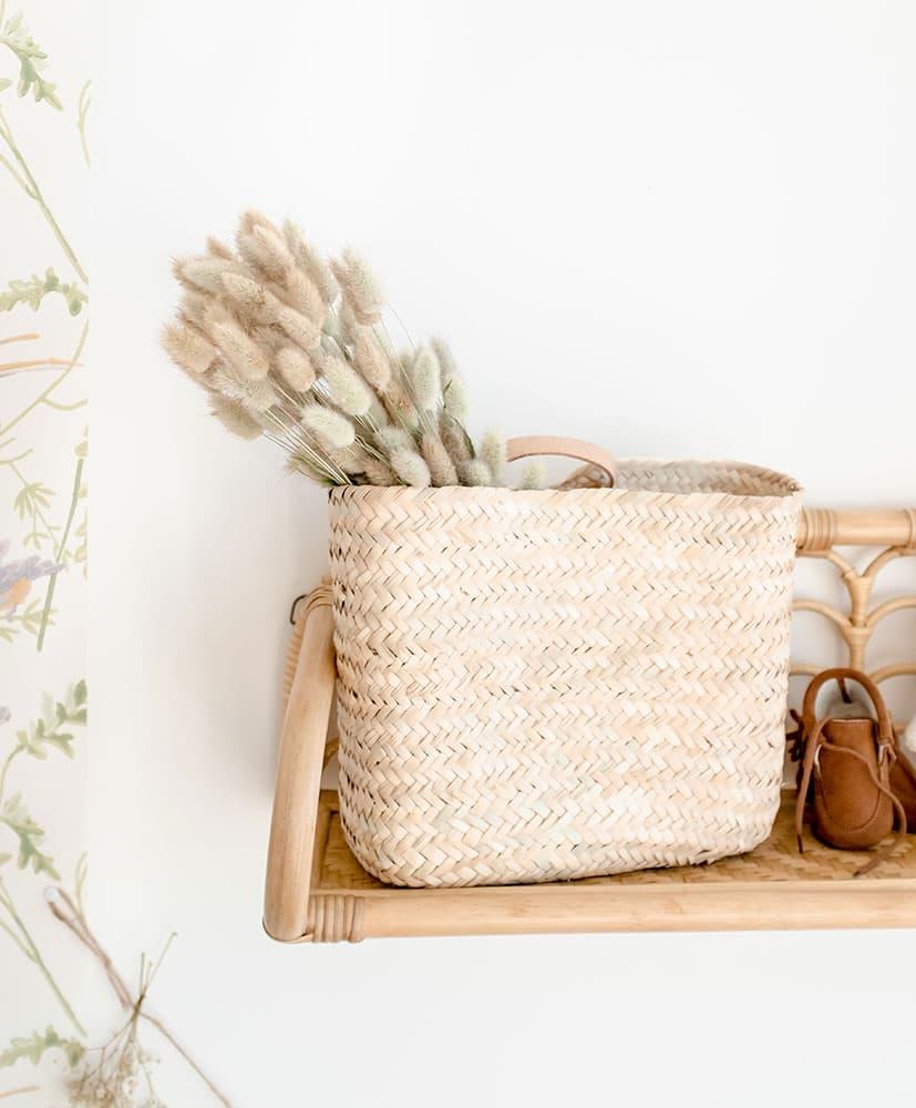 Panier en osier avec une botte de fleurs séchées naturelles, le lagurus