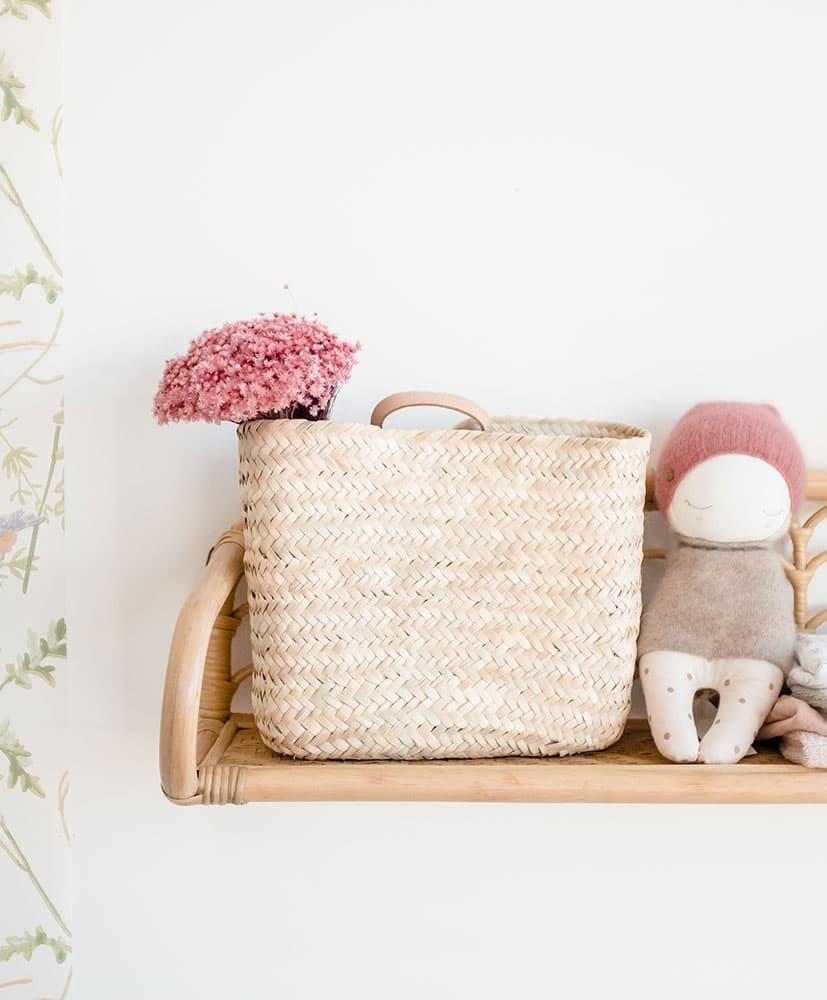 Panier en osier avec une botte de fleurs séchées rose, le Marcela