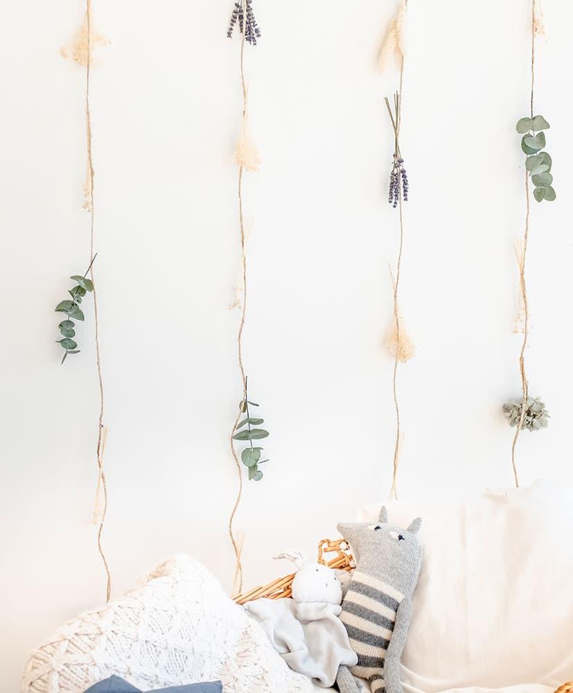 rideau de fleurs séchées dans les tons bleus-gris utilisé en tête de lit pour les enfants