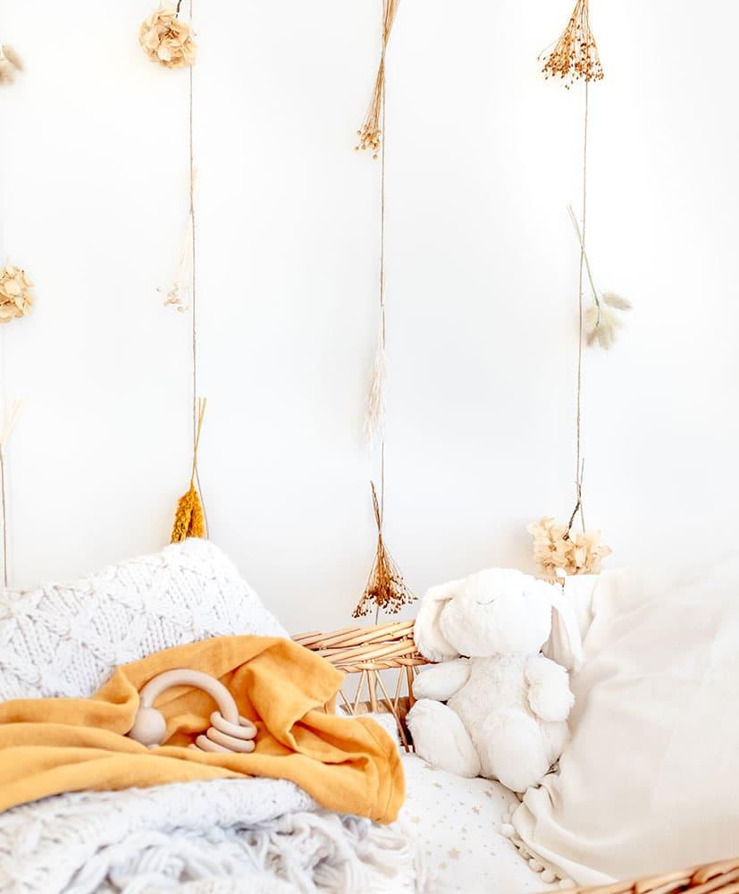 rideau de fleurs séchées dans les tons moutarde utilisé en tête de lit pour les enfants
