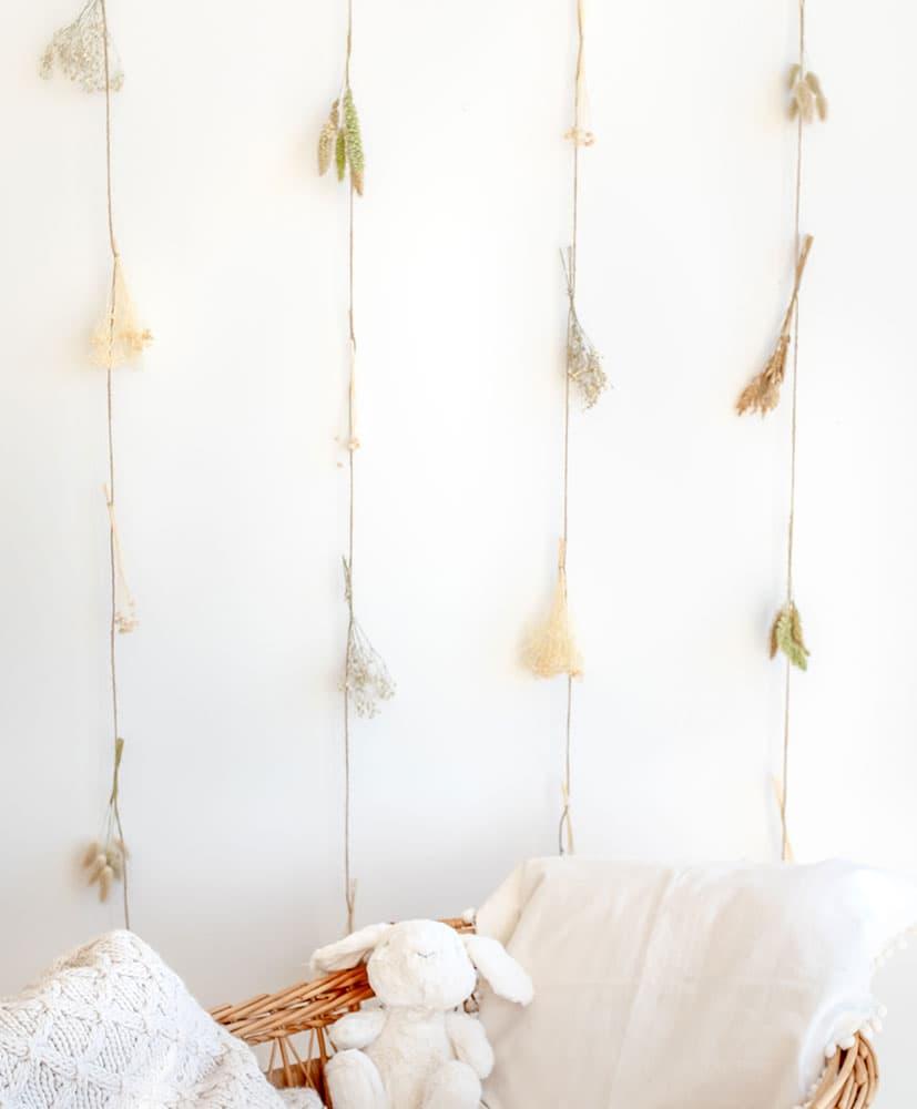 rideau de fleurs séchées dans les tons naturels utilisé en tête de lit pour les enfants