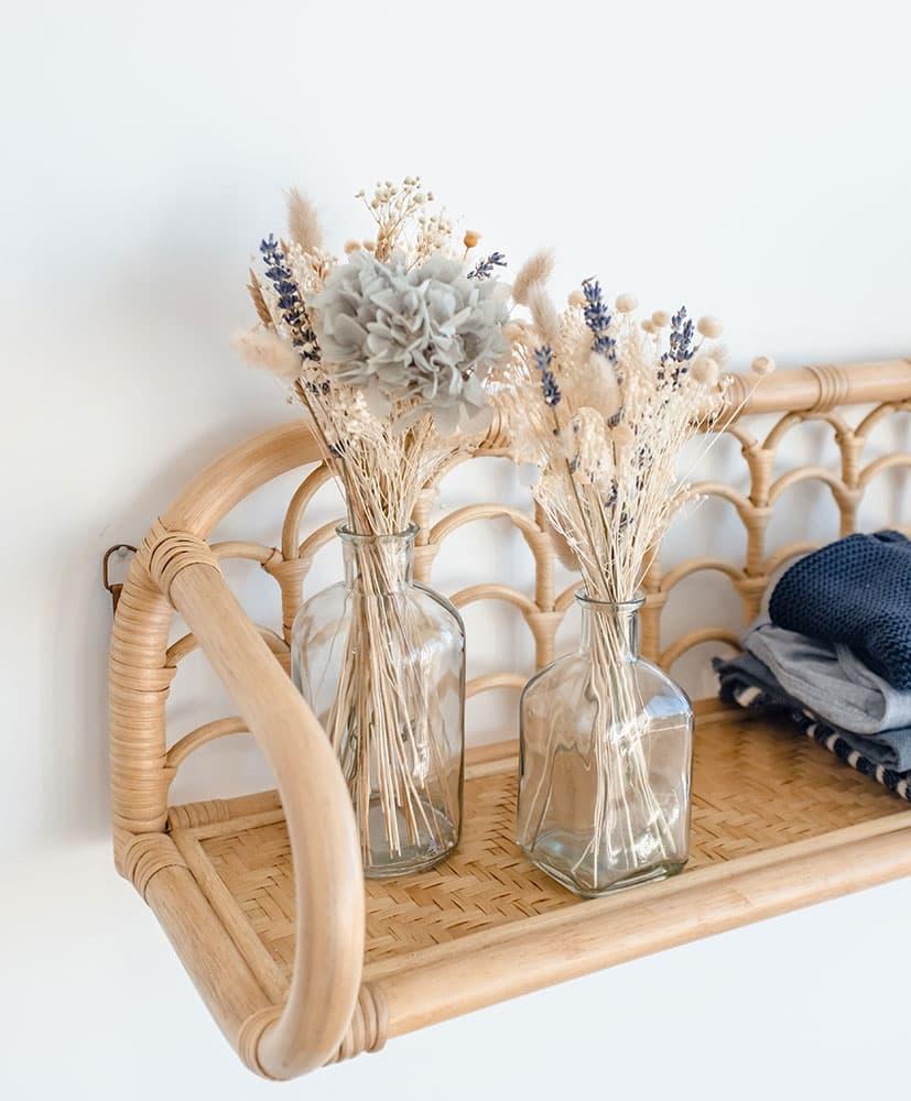 lot de 2 soliflores, un petit et un plus grand avec des compositions de fleurs séchées dans les tons bleu pâle pour décorer une chambre d'enfant