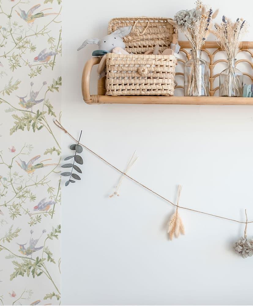 guirlande murale en fleurs séchées dans les tons bleue-gris pour décorer les chambres d'enfants avec de l'hortensia et de l'eucalyptus