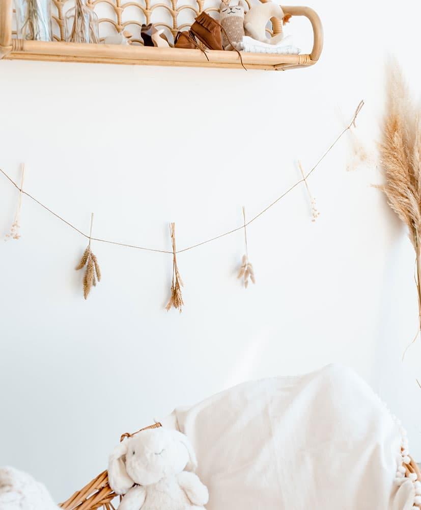 Guirlande de fleurs séchées dans les tons naturels pour décorer les chambres d'enfants