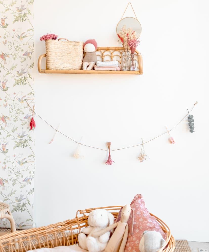 guirlande de fleurs séchées pour décoration de chambre d'enfants dans les tons rose poudré