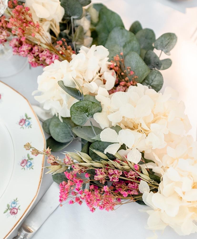 Chemin de table en fleurs séchées dans des tons blancs et roses de chez rosa cadaqués